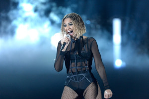 beyonce-jay-z-gets-drunk-in-love-at-grammys-2014-performances- beyonce 2