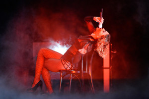 beyonce-jay-z-gets-drunk-in-love-at-grammys-2014-performances- beyonce 9