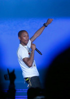 pharrell-takes-stage-with-nelly-snoop-dogg-diddy-busta-rhymes-at-nba-allstar-11