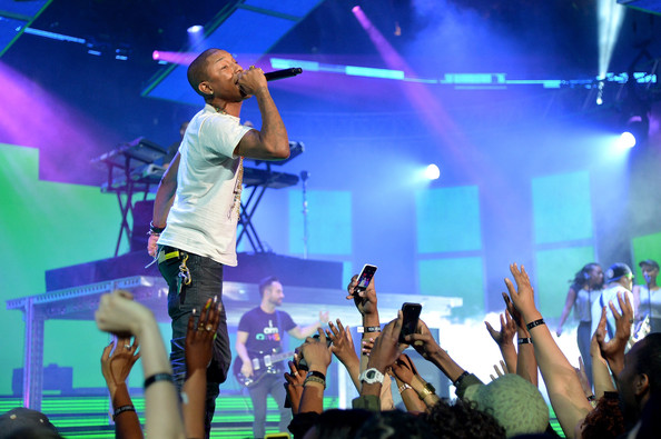 pharrell-takes-stage-with-nelly-snoop-dogg-diddy-busta-rhymes-at-nba-allstar-6
